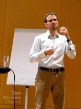 ECON Redner Florian Rustler beim Vortrag über Kreativitaet als Führungsaufgabe