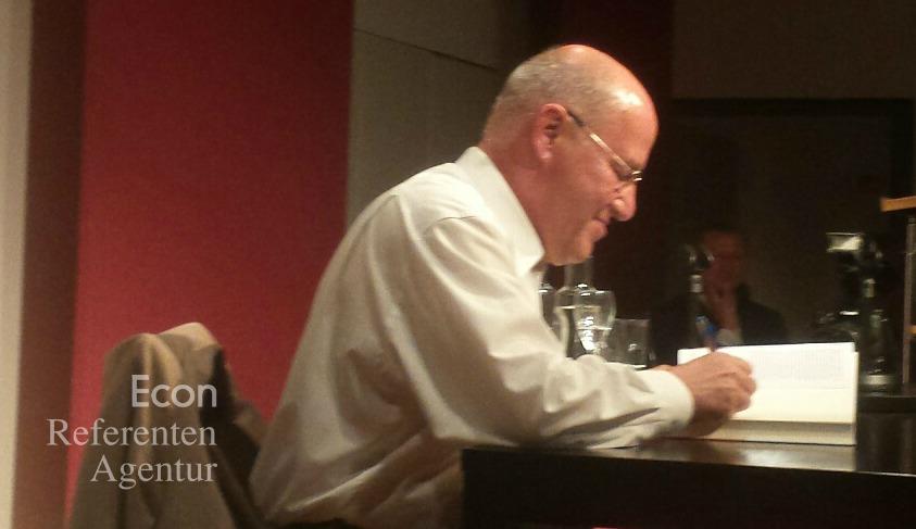 ECON Redner Gregor Gysi signiert seine Bücher