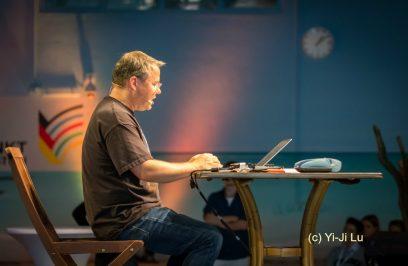 ECON Redner Tobias Schroedel beim Hacken
