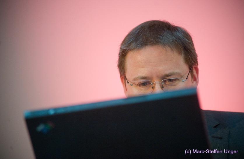 ECON Redner Tobias Schroedel hinter Laptop