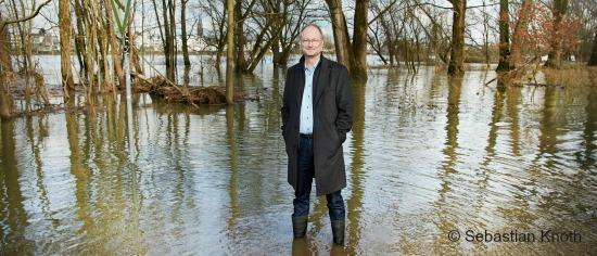 ECON Redner Sven Plöger im Hochwasser