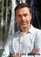 ECON Redner Dirk Steffens vor Wasserfalls