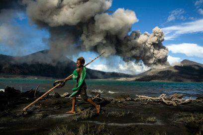 Econ Redner Ulla Lohmann _Papua_Kind_Vulkan