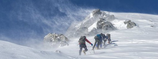 Team von Bergsteigern beim Aufstieg